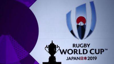 Der WM-Pokal im Schatten und im Hintergrund ist ein überdimensionales Logo der WM 2019 zu sehen.