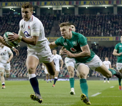 Englands Johnny May entwischt Irlands Ringrose mit dem Ball