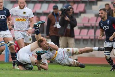 Jaco Otto tacklet einen Gegenspieler von Hongkong.