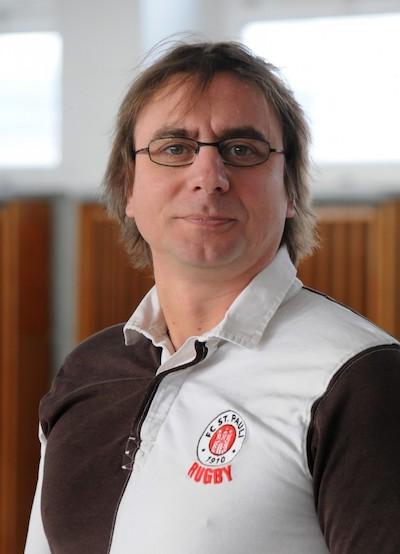 Nils Zurawski im St. Pauli Trikot richtung Kamera blickend.