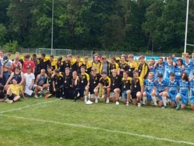 Die Mannschaften nach der Siegerehrung.