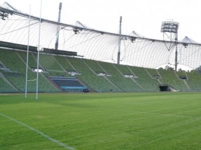 Der Rasen im Münchner Olympiastadion ist seit heute Geschichte - wegen eines Rolling Stones Konzert muss der Rasen ersetzt werden. Auf den Rängen wird das Bataillon d\'Amour und die Unicorns stark vertreten sein.