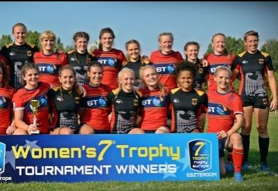 Die beiden Aufsteiger Hand in Hand: Unsere Mädels mit Schottinnen. Foto (c) Twitter Rugby Europe