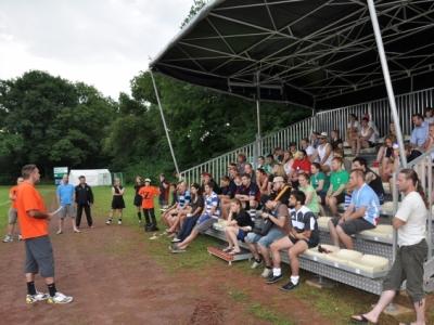 Das Bild zeigt das Captains' Meeting mit der Eröffnung durch Schiedsrichterobmann Alexander Michl