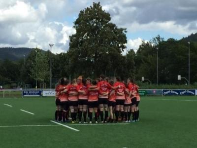 Die deutsche  Rugby-Nationalmannschaft der Frauen, kurz bevor sie nach langer Abwesenheit erstmals das Feld betritt. Foto (c) Wiedemann