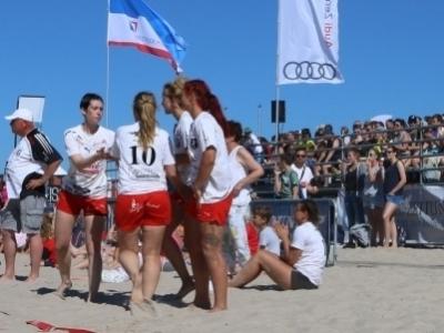 Teams vor der Tribüne am Strand von Warnemünde