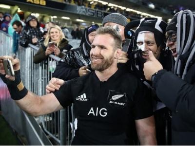 All Blacks Kapitän Kieran Read mit Fans der All Blacks. Setzt es morgen die erste Niederlage gegen Australien in diesem Jahr?