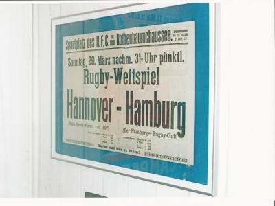 """Ein Plakat aus dem Jahre 1914 kündigt ein \""""Rugby-Wettspiel\"""" zwischen Hamburg und Hannover im Stadion an der Rothenbaumchaussee, in der alten Heimat des HSV, an. Foto: Manfred Börsig/HSV-Museum"""