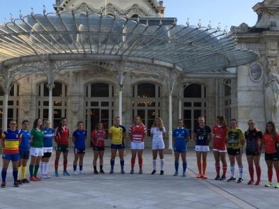 Die Käpitäninnen der 16 Teams vor der Oper Vichys. Foto (c) Rugby Europe