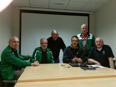 Veltens Trainerstab um den sportlichen Leiter Andreas Schmidt (zweite Reihe rechts) und Jean-Claude Rutault vom ASM Clermont-Auvergne (zweite Reihe links)