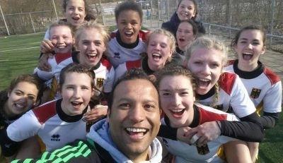 So sehen Siegerinnen und ein erfolgreicher Trainer aus - die weibliche U18 und Melvine Smith freuen sich über den Turniersieg in Gent