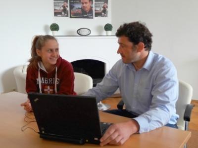 Praktikantin Sophie Hacker im Gespräch mit WRA Leiter Robert Mohr